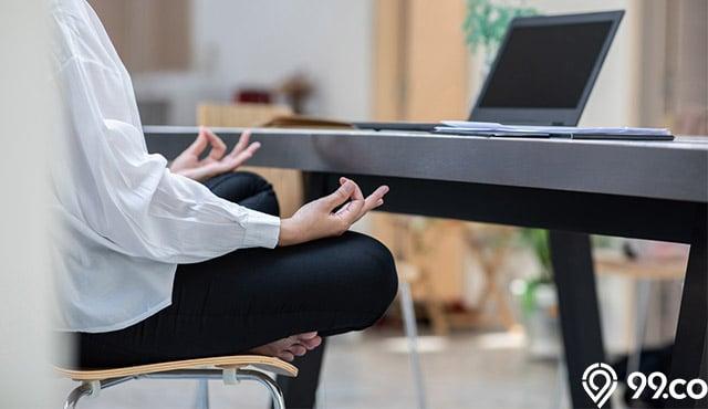 7 Gerakan Yoga Duduk yang Mudah Dilakukan Saat WFH. Bikin Tubuh Lebih Rileks!
