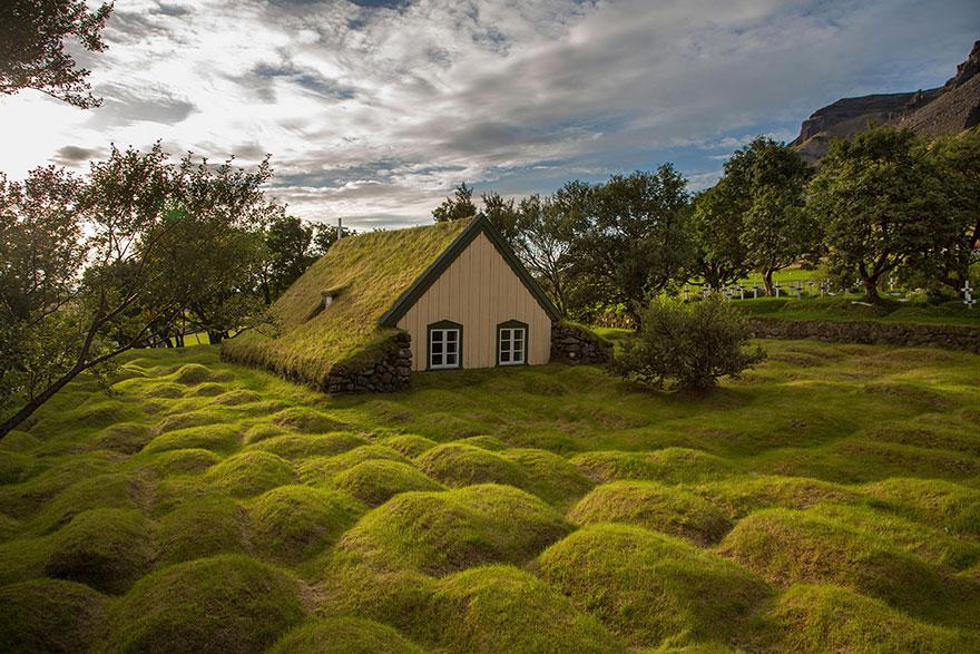 rumah unik beratap rumput