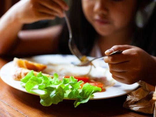 mitos makan mendahului orang tua