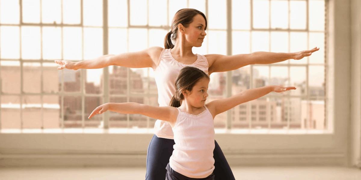 ibu dan anak bermain balet