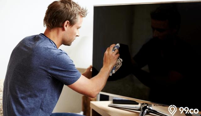 Cara Membersihkan Layar TV LED Secara Praktis | Dijamin Kinclong & Anti Baret!
