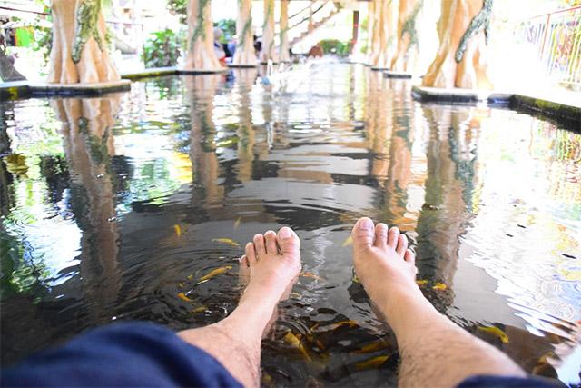 kaki di dalam kolam