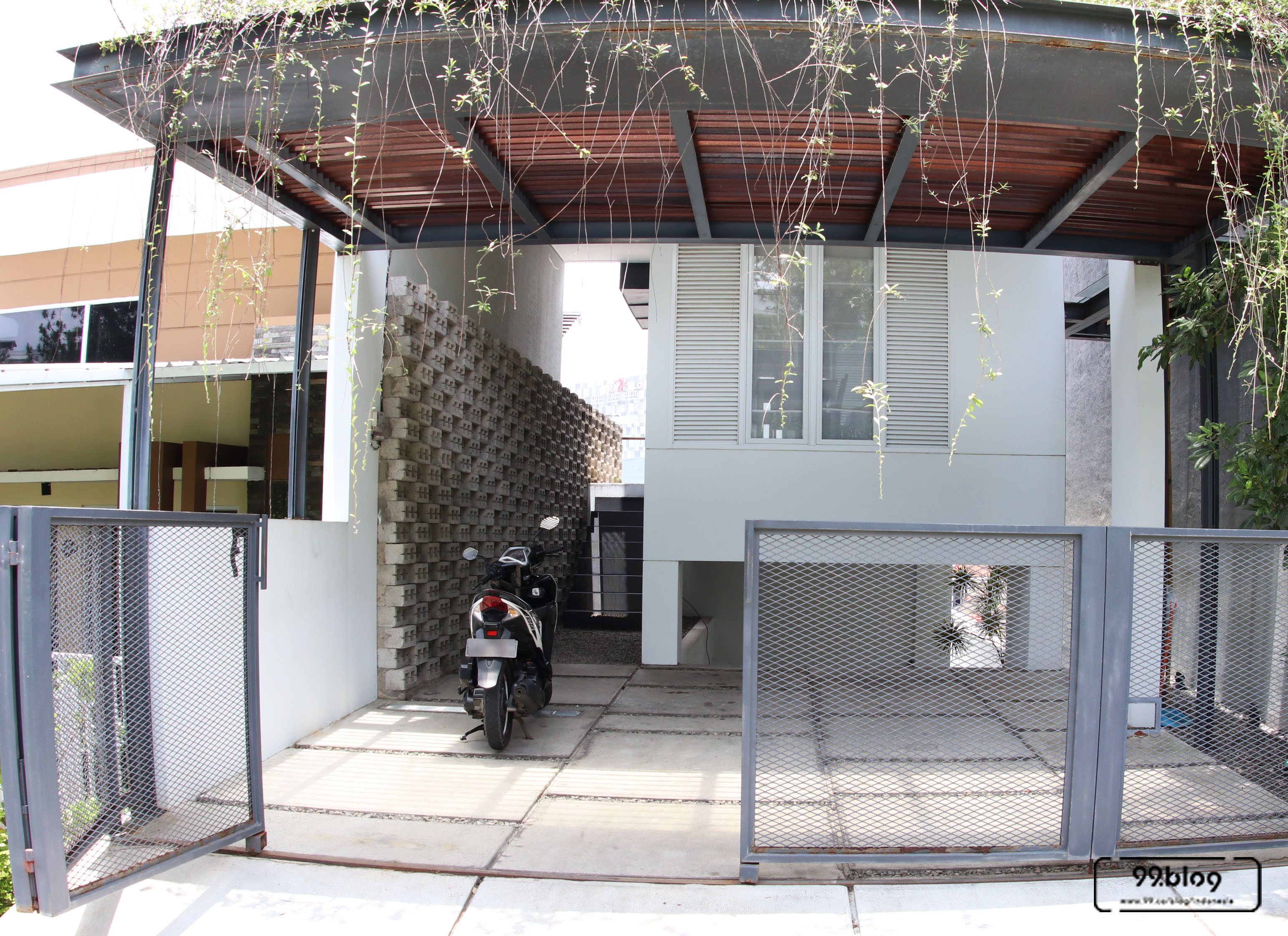 halaman depan white cliff house