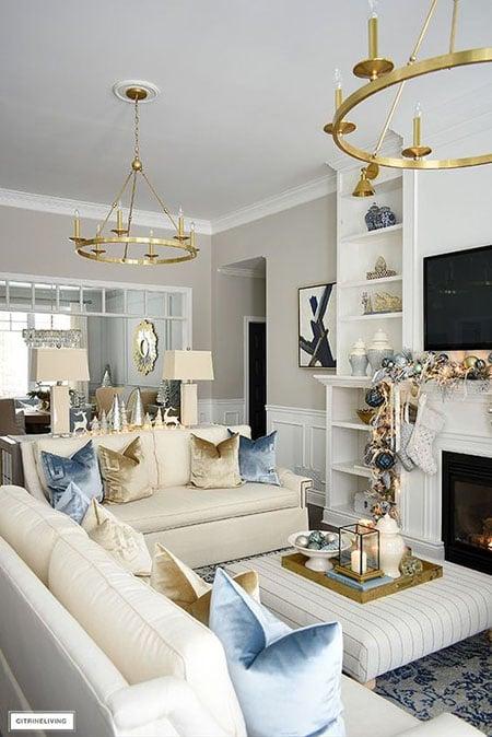 interior ruang keluarga warna gold