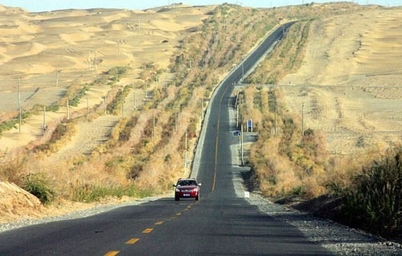 jalan raya di tengah gurun
