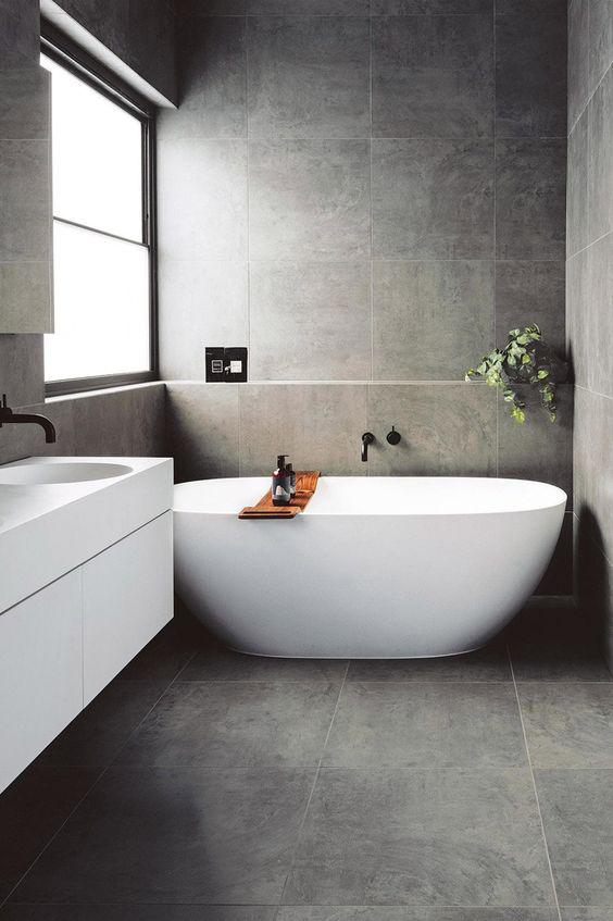 ruang mandi dengan keramik motif batu alam