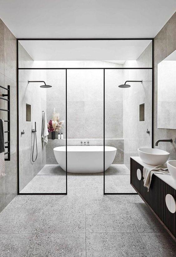 bathtub dan shower modern dengan pembatas kaca