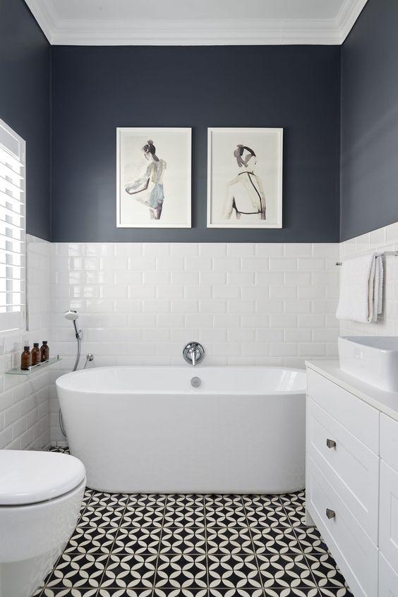 kamar mandi nuansa biru dengan lukisan