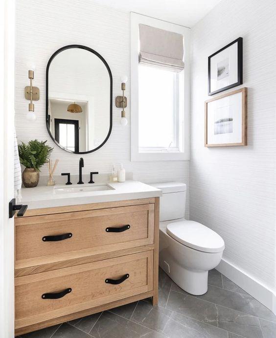 toilet sederhana warna putih dengan meja kayu