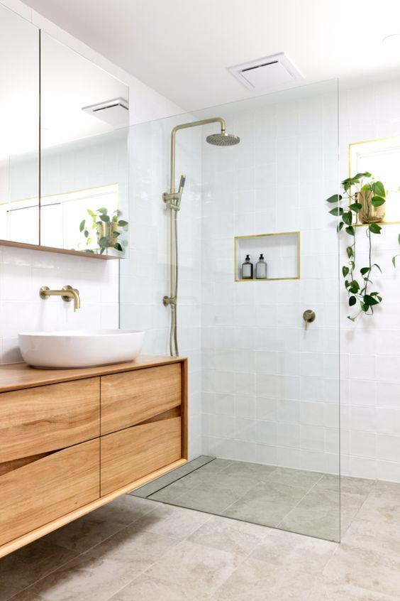 kamar mandi skandinavian warna putih dengan meja kayu