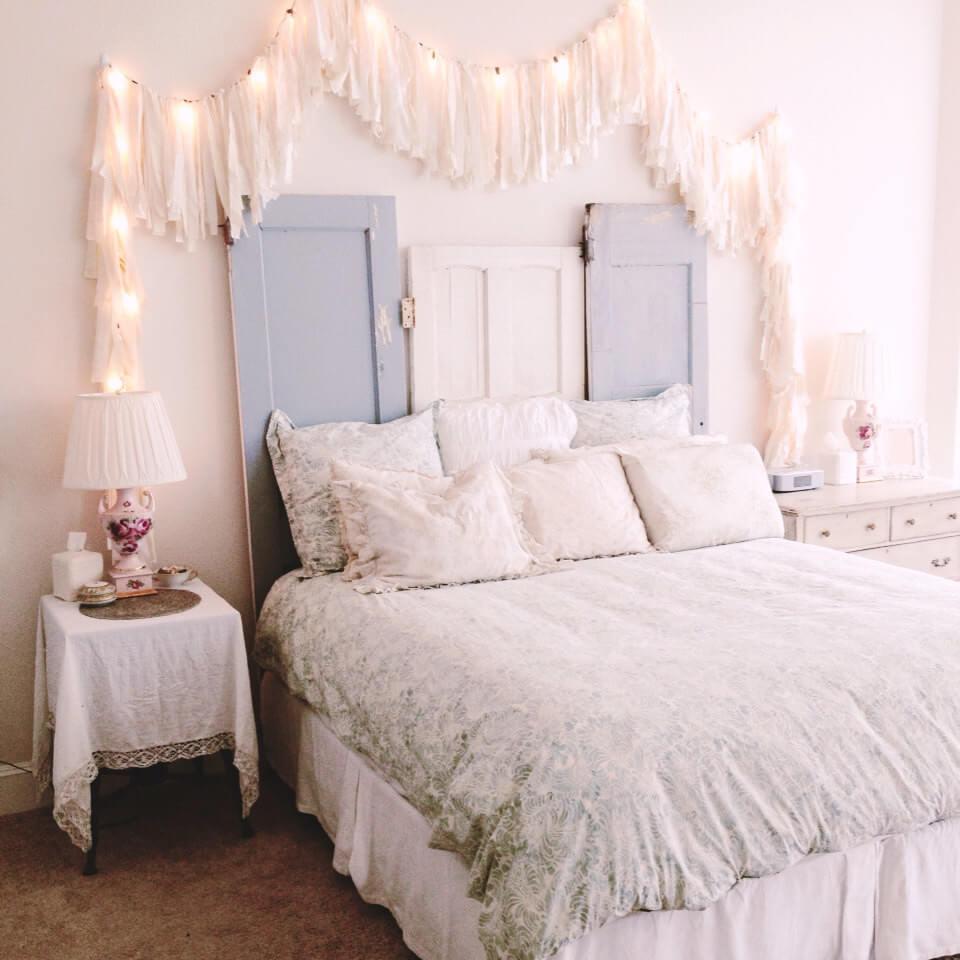 kamar tidur bernuansa shabby chic warna merah muda