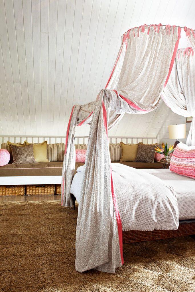 penggunaan tirai privasi di kamar tidur