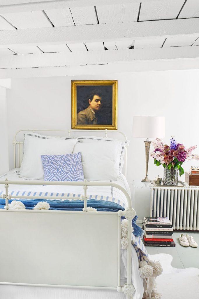 hias kamar tidur dengan barang favorit