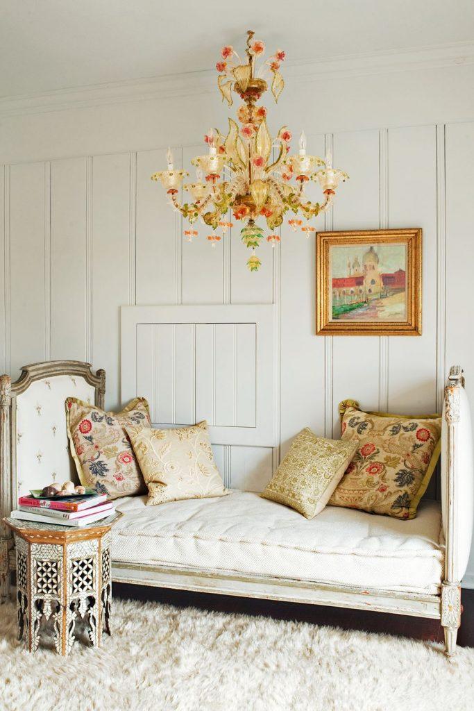 hias kamar dengan perabotan bernuansa klasik