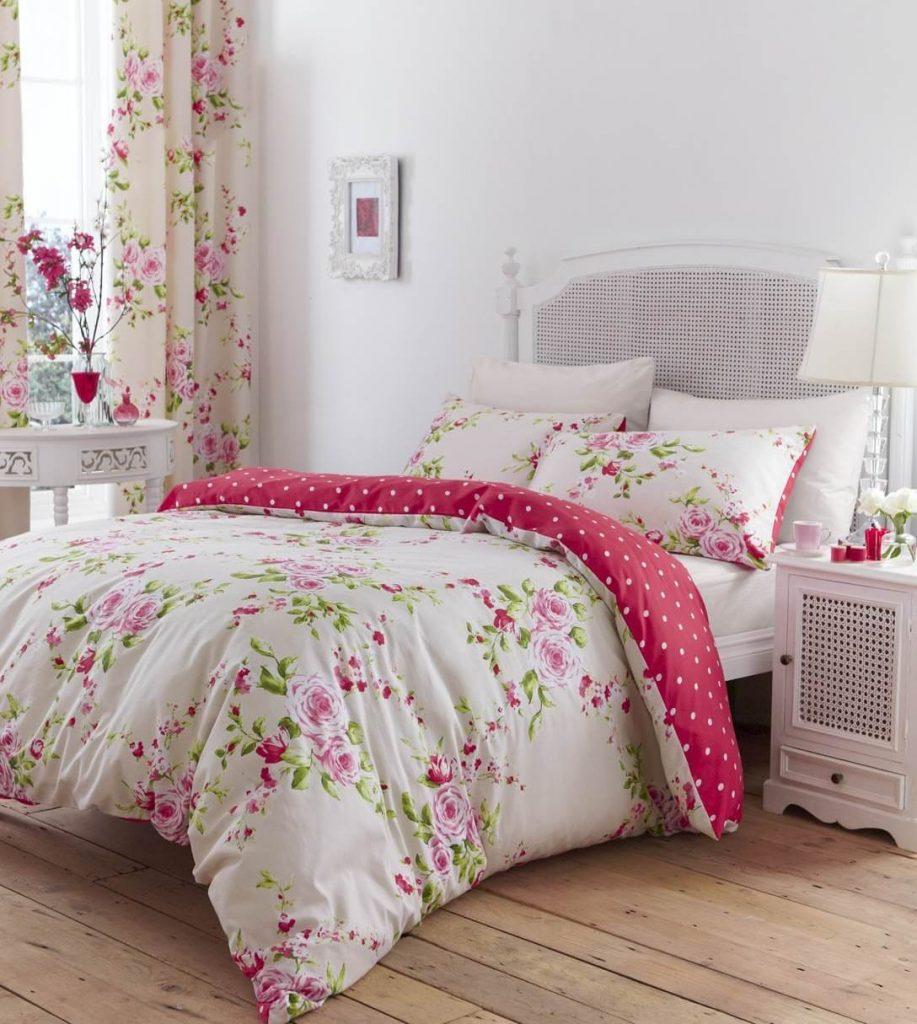 kamar tidur shabby chic dengan nuansa bunga