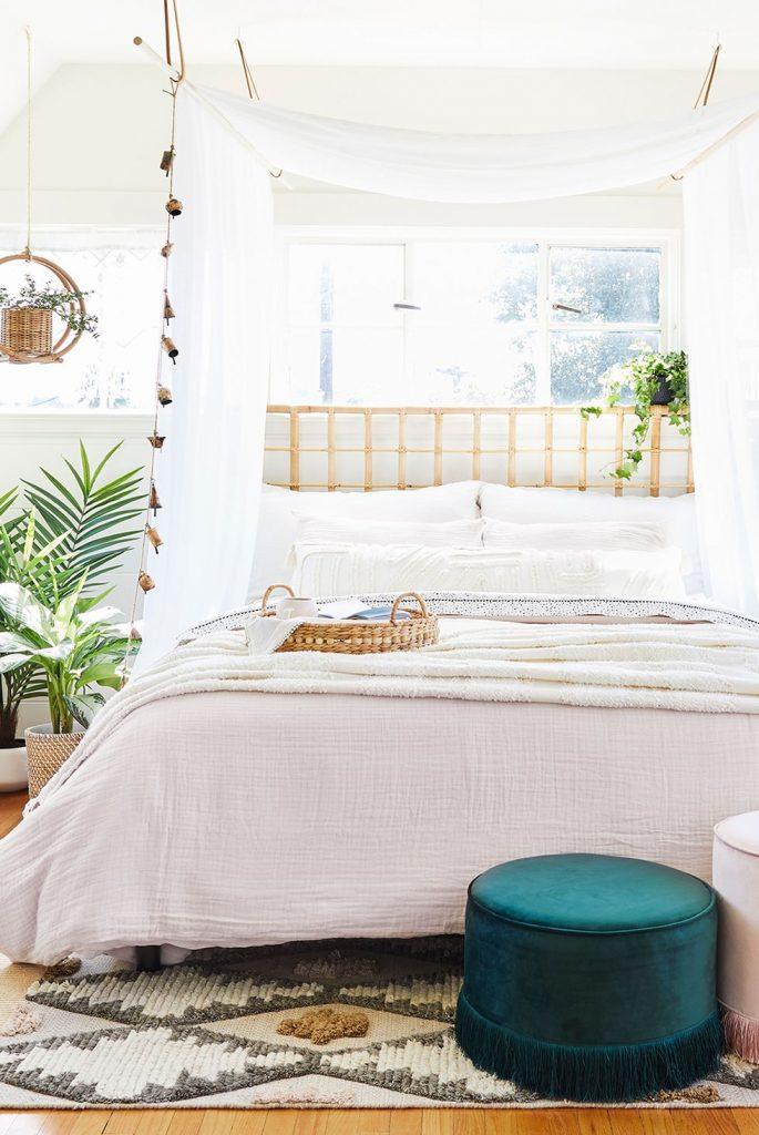 tirai kamar tidur agar terkesan romantis