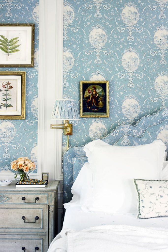 kamar tidur shabby chic dengan wallpaper