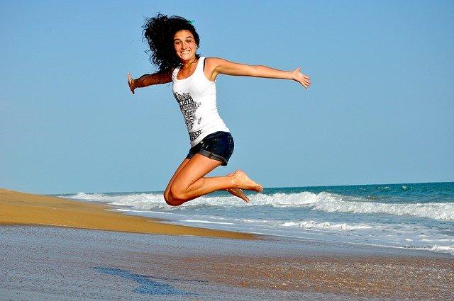 manfaat buah delima wanita lompat bahagia