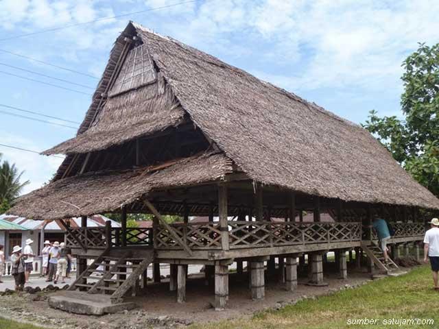 keunikan rumah adat baileo