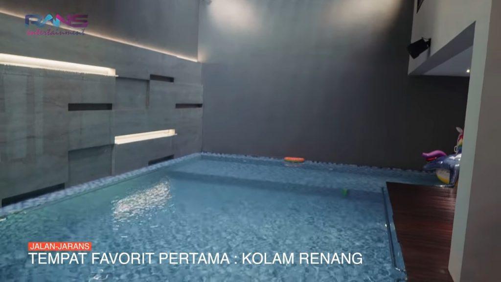Kolam Renang Indoor milik Sahroni