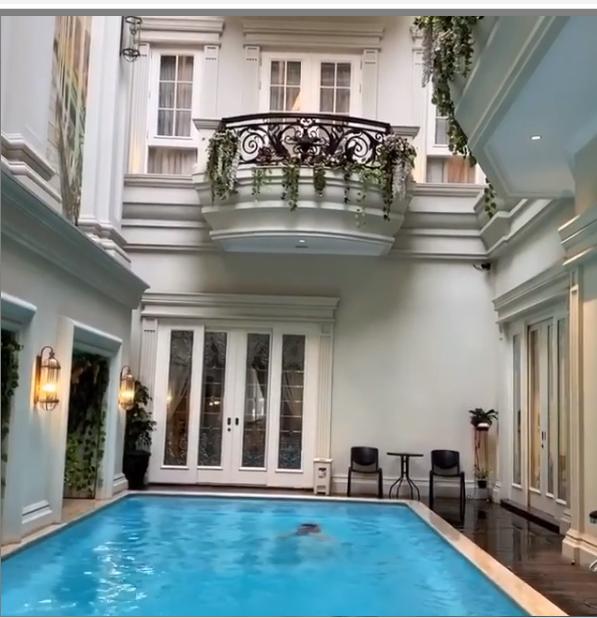 kolam renang desain arsitektur Da Vinci