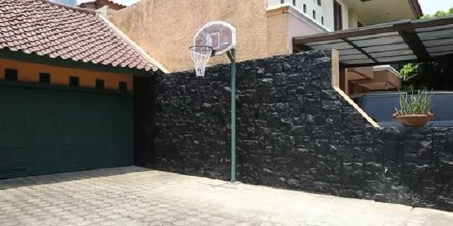 lapangan basket di rumah Ikang