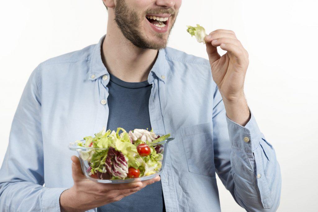 pria sehat makan salad