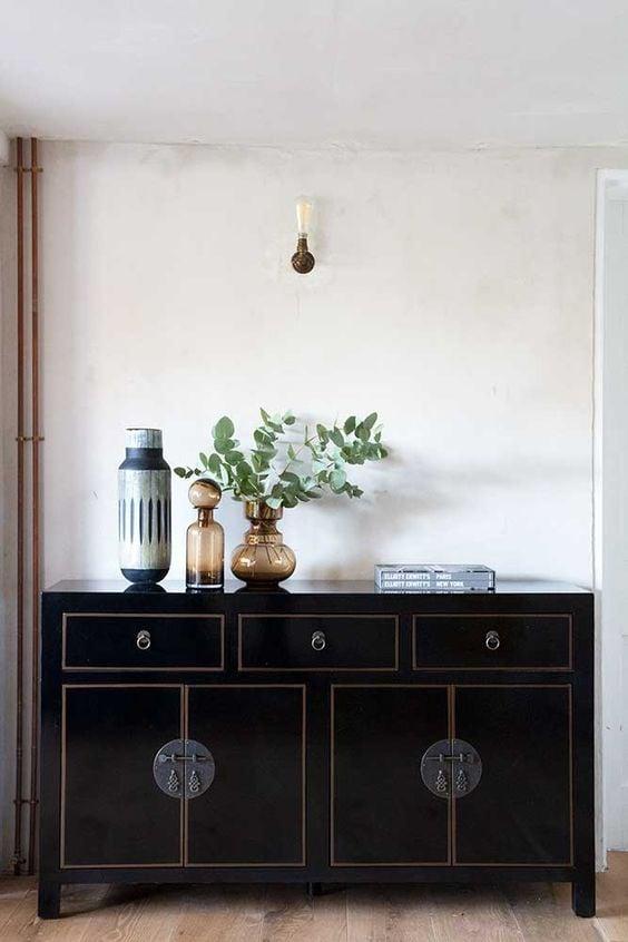 lemari kayu warna hitam