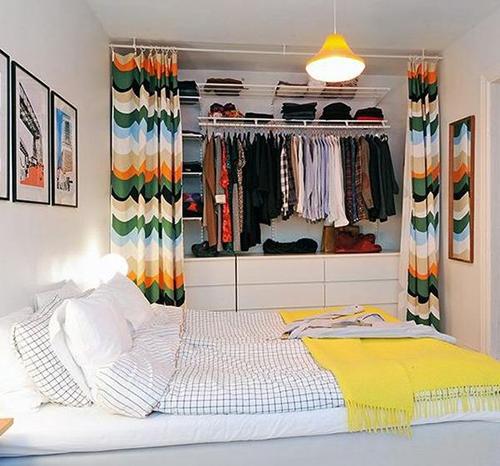 lemari pakaian terbuka