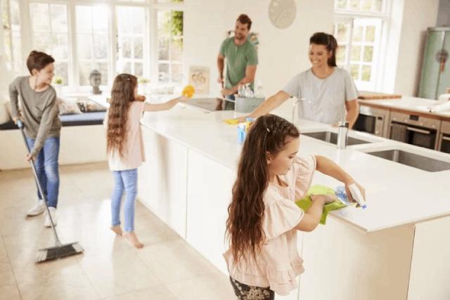 keluarga membersihkan rumah