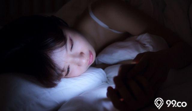 cara bangun pagi dengan menghindari smartphone sebelum tidur