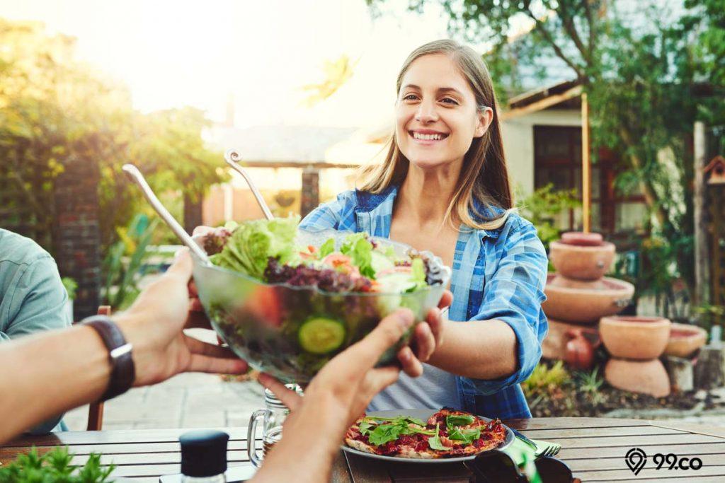 makan makanan sehat dan bergizi