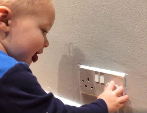 bahaya anak memegang colokan listrik