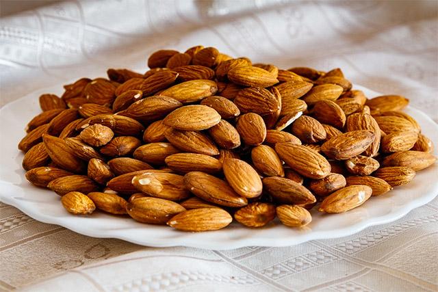kacang almond di atas piring