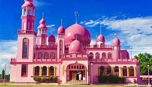 Wow, Masjid Unik Dimaukom Diselimuti Warna Pink. Ternyata Dibangun Warga Nasrani!