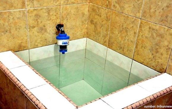 membersihkan bak mandi