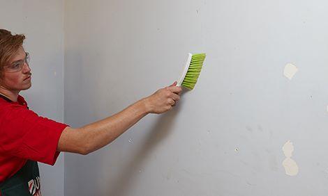 membersihkan dinding dengan sikat