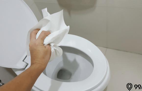 membuang benda ke dalam wc