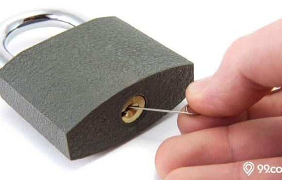 cara membuka pintu tanpa kunci dengan peniti