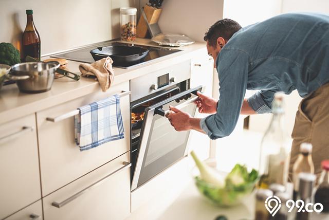 membuka tutup oven