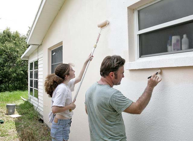 mengecat ulang rumah