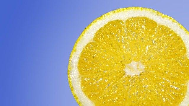 cara mengempeskan jerawat pakai jeruk lemon
