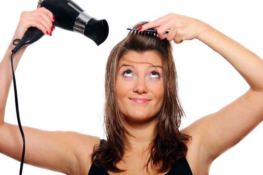 menggunakan hair dryer pengering rambut