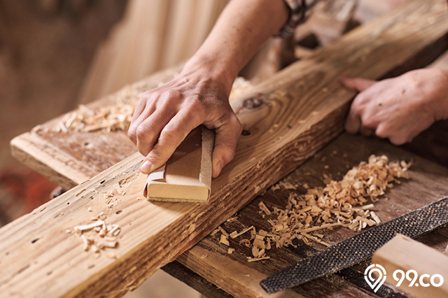 menghaluskan kayu