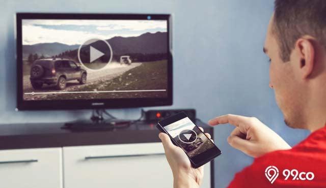 4 Cara Menghubungkan HP ke TV dengan dan Tanpa Kabel. Paling Simpel!