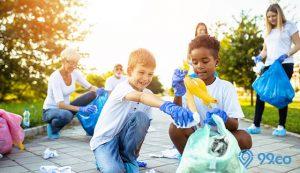 menjaga kebersihan lingkungan sekitar
