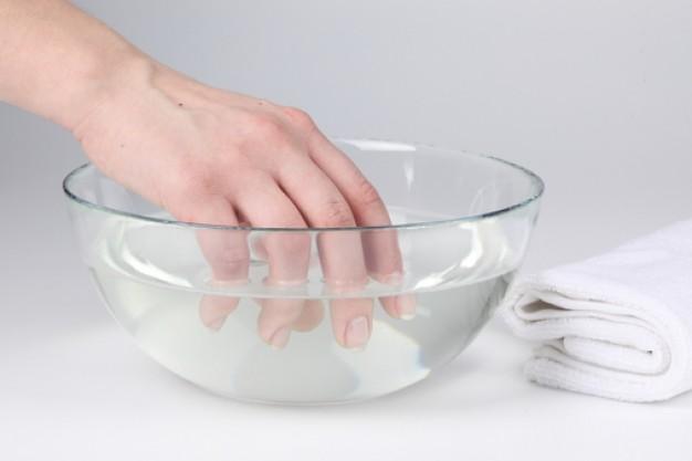 rendam tangan di air