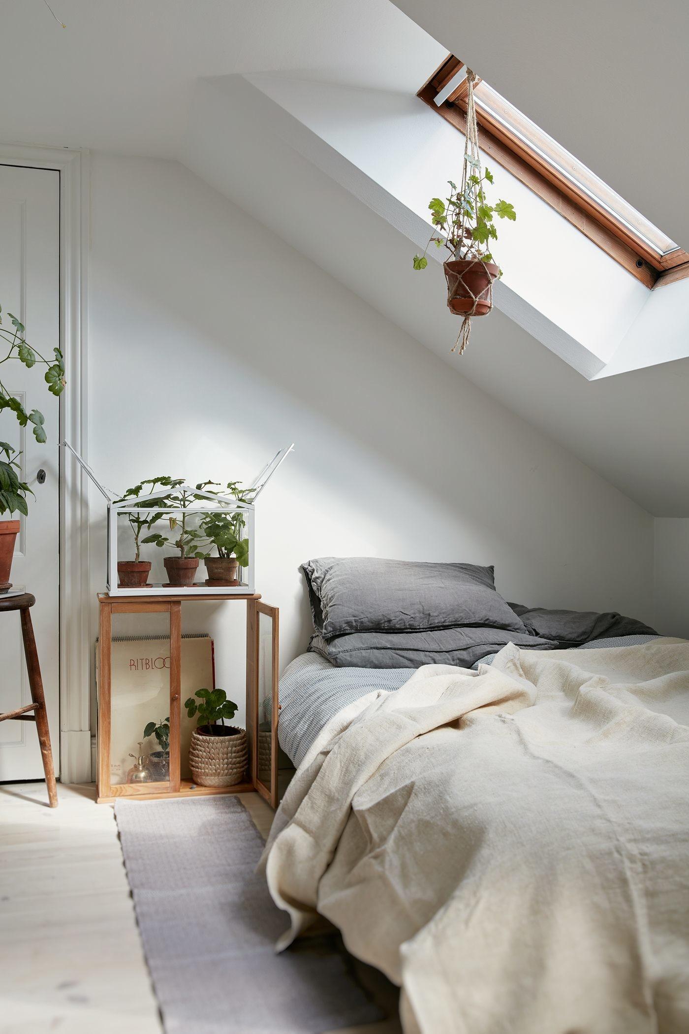 kamar putih di loteng bernuansa alami
