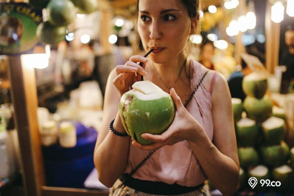gadis minum air kelapa muda