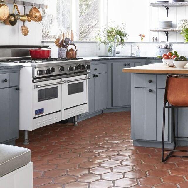 motif keramik lantai dapur warna merah bata terracotta